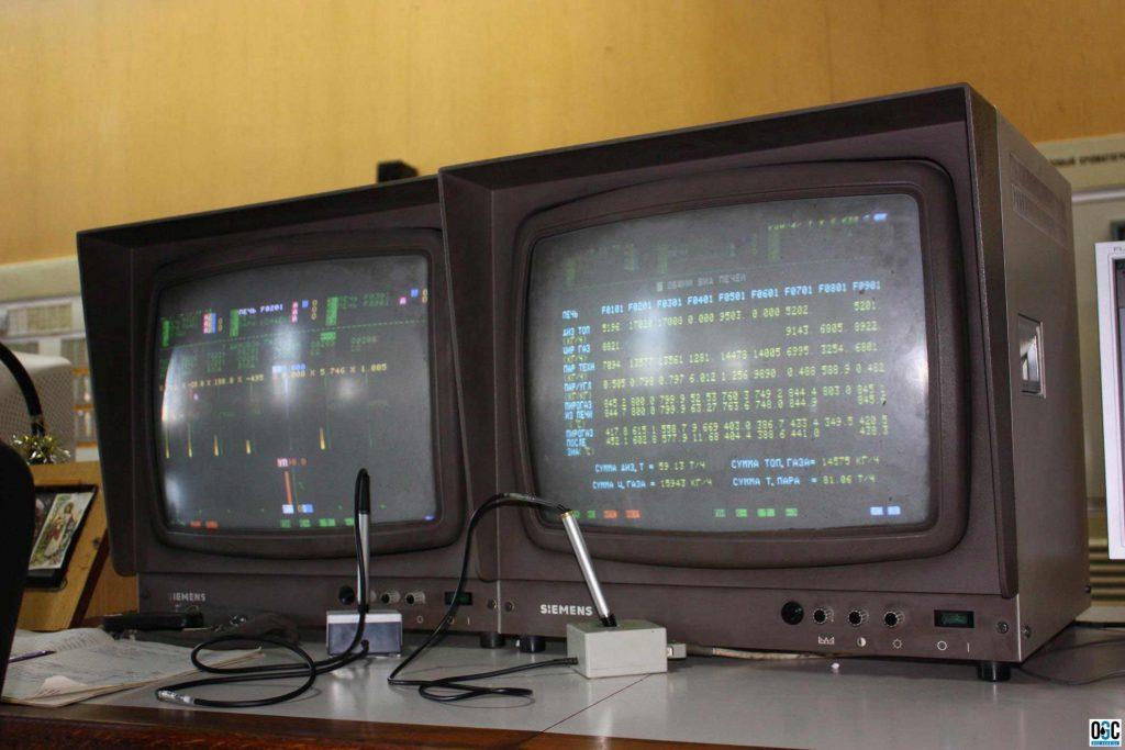 Фото: Рабочее место оператора и система отображения мнемосхем технологического процесса